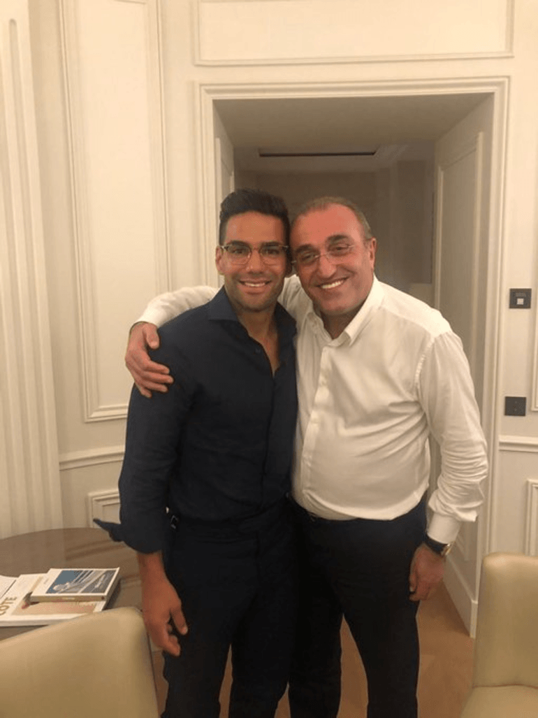 Galatasaray İkinci Başkanı Abdurrahim Albayrak ile Radamel Falcao'nun birlikte çekildiği fotoğraf, sosyal medyada bir anda yayıldı. Albayrak, dün Falcao transferindeki son pürüzleri gidermek üzere, menajer Ahmet Bulut ile birlikte Fransa'nın Monaco şehrine gitmişti. Kolombiyalı golcü ile anlaşan, oyuncunun kulübü Monaco ile son pürüzleri gidermek için Fransa'ya uçan Abdurrahim Albayrak'ın Falcao ile olan fotoğrafı sarı-kırmızılı taraftarları heyecanlandırdı. Dünya yıldızı futbolcunun önümüzdeki hafta içinde İstanbul'a gelmesi bekleniyor.