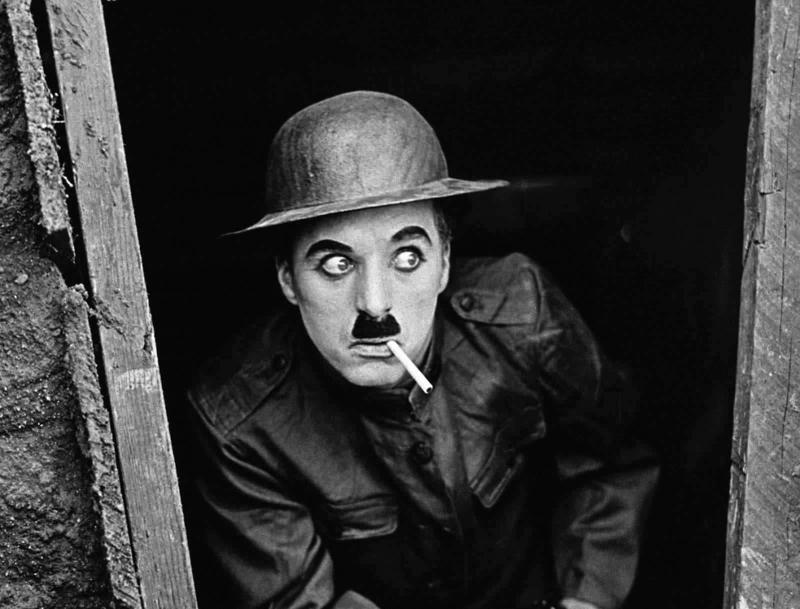 """Charlie Chaplin, İngiliz sinema yönetmeni, oyuncu, yazar, film müziği bestecisi, kurgucu ve komedyen. Yarattığı """"Şarlo"""" karakteri ile özdeşleşmiştir."""
