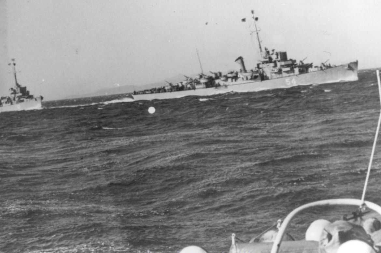 """28 Mart 1943'te Amerika'da, Einstein'ın birleşik alanlar kuramına dayanarak bir """"ışınlama"""" deneyi yaptığı iddia edildi. 'Philadelphia deneyi"""" adıyla bilinen ve askeri gizlilik içerisinde gerçekleştirilen olayda, 104 mürettebatlı """"USS Eldridge"""" adlı askeri gemi, tanıkların iddialarına göre Philadelphia Deniz Üssü'nde, yeşil bir sise bürünerek yavaş yavaş """"kayboldu"""" ve kısa bir süre sonra 640 km. ötedeki Norfolk Deniz Üssü'nde ortaya çıktı."""
