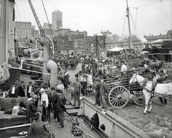 Aşağıdaki fotoğrafta 1905 yılında bir limanın fotoğrafı var. Liman ana-baba günü, normalde görseniz önemsemezsiniz ancak büyük fotoğrafta dikkat etmeyeceğiniz bir adam var ve hiç de normal değil. Gerek saç kesimi, gerek giyinişi, gerek işsiz işsiz limanda dikilmesi. Aslında orada uzun süre olmasının etkisi giyinişine yansımış diyebiliriz.