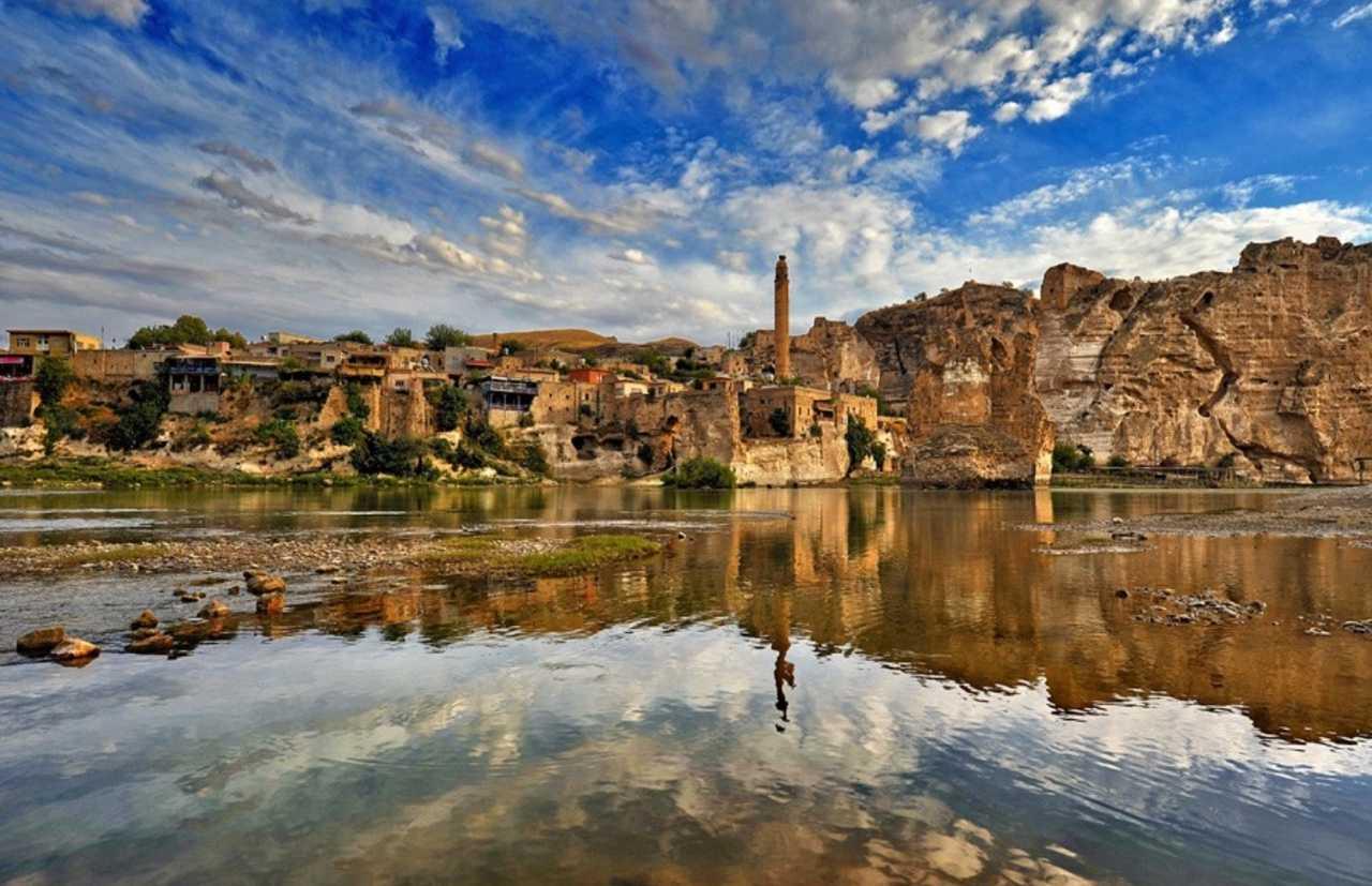 Hasankeyf'te bulunan Arkeo Kültürel Park'a taşınması kapsamında yıkılan 150 yıllık çarşının altından Roma dönemine ait eserler çıktı. Hasankeyf yok ediliyor.